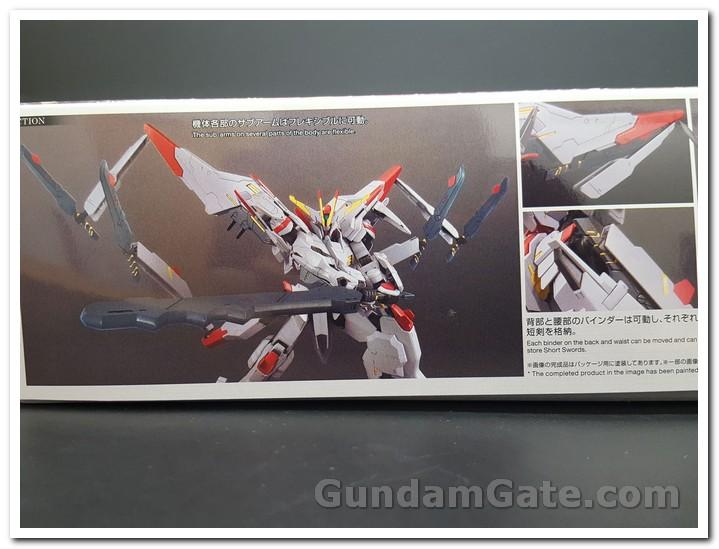 Mặt hộp Gundam hình đi kèm với nhiều thanh kiếm