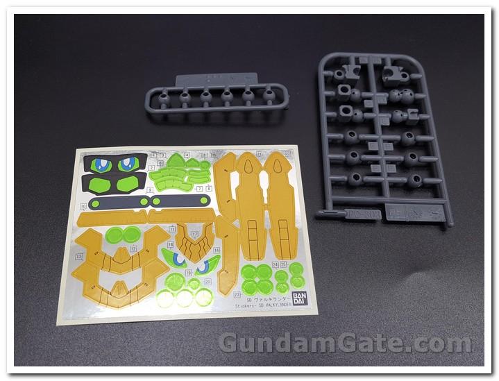 đề can của SD Gundam Valkylander khá nhiều