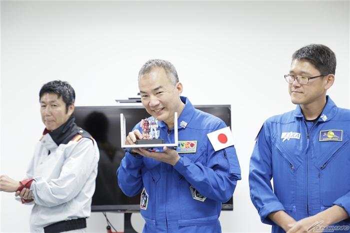 mô hình thử nghiệm gundam và char zaku trong dự án gắn gunpla lên vệ tinh
