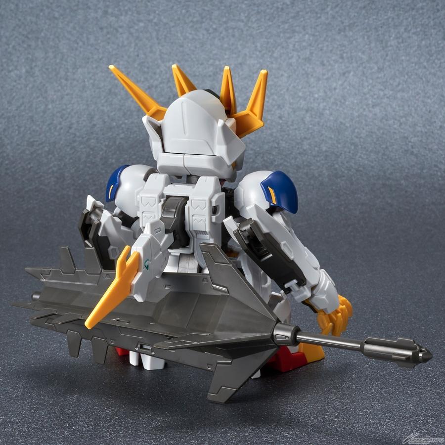 SDCS Gundam Barbatos Lupus Rex có thể gắn vũ khí lên lưng