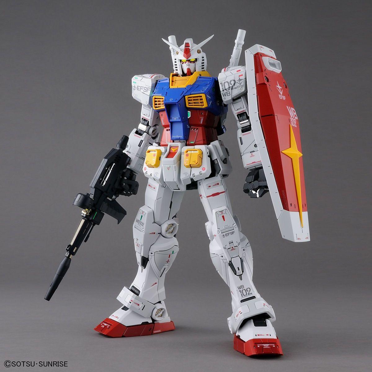 súng trường và khiêng là 2 vũ khí luôn đi theo Perfect Grade Unleashed RX-78-2 Gundam